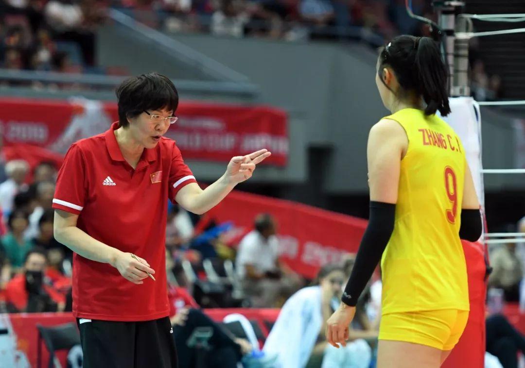 9月28日,中国队主教练郎平(左)在比赛间隙指导张常宁。新华社记者 贺灿铃 摄