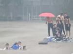 这位妈妈用非凡的智慧,滔天洪水中救出自己的孩子